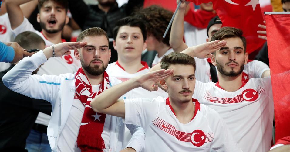 Torcedores da Turquia fazendo gestos militares