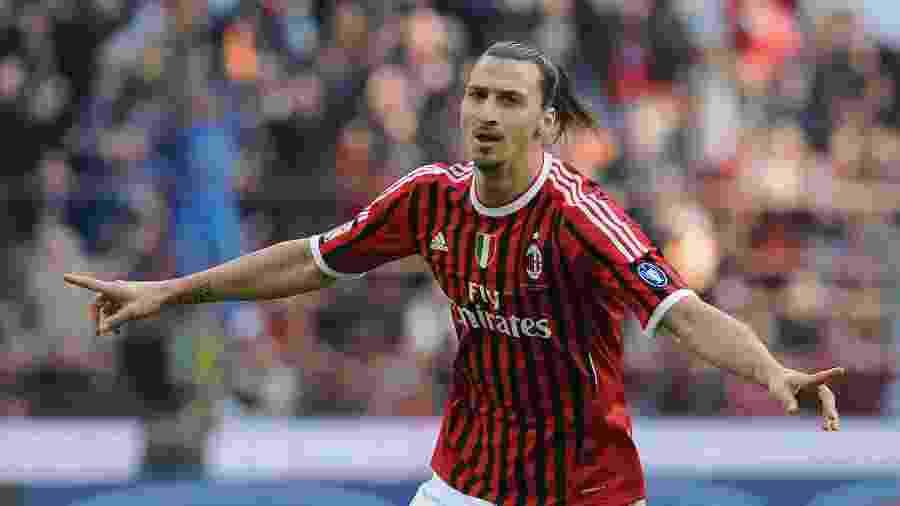 Zlatan Ibrahimovic em ação com a camisa do Milan pelo Campeonato Italiano - Valerio Pennicino/Getty Images