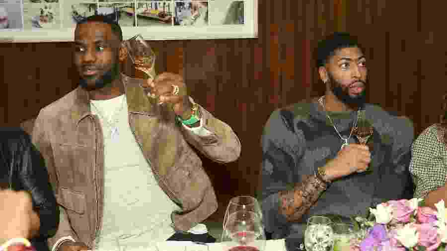 LeBron James e Anthony Davis, jogadores do Los Angeles Lakers, durante evento em homenagem a Davis em Beverly Hills  - Jesse Grant/Getty Images for Haute Living