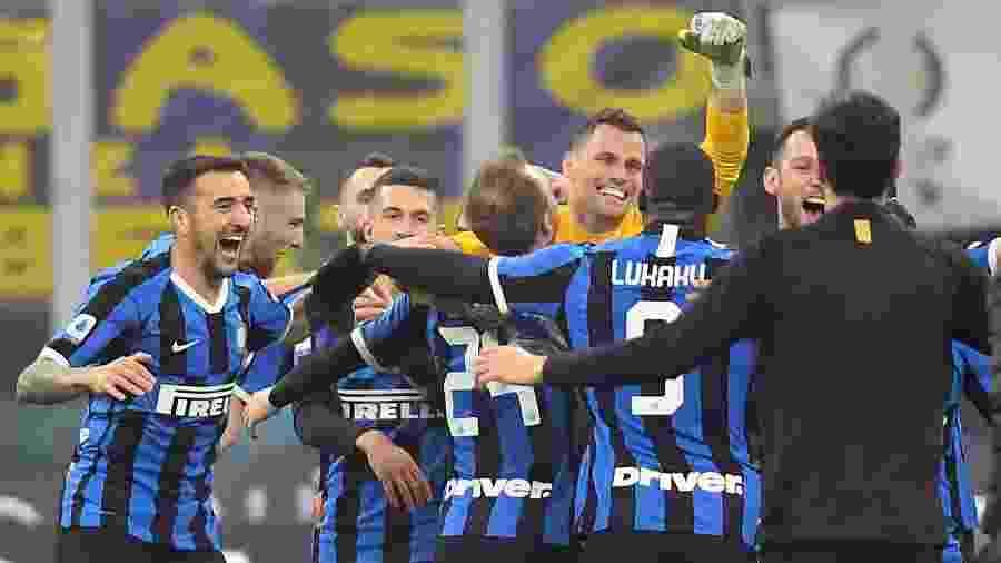 Jogadores da Inter de Milão comemoram gol contra o Milan em jogo pelo Campeonato Italiano - REUTERS/Daniele Mascolo