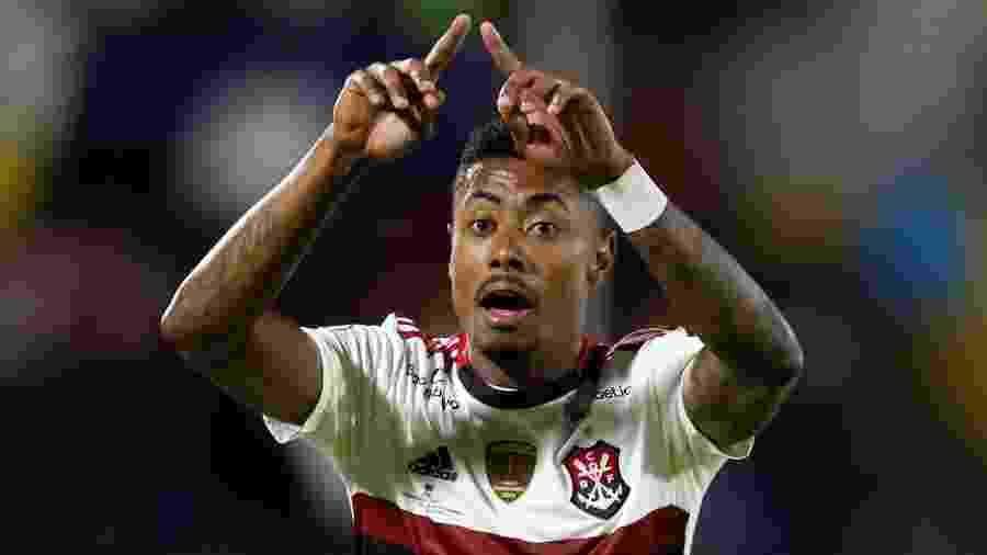 Bruno Henrique faz sinal de VAR durante Del Valle x Flamengo pela Recopa Sul-Americana - REUTERS/Daniel Tapia