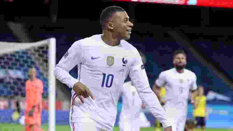 Mbappé comemora após marcar pela França contra a Suécia na Liga das Nações - Linnea Rheborg/Getty Images