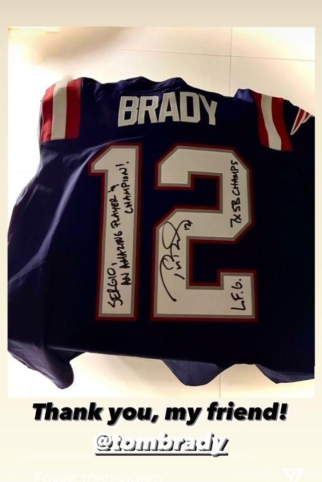 Camisa autografada de Tom Brady, presente para Sergio Ramos