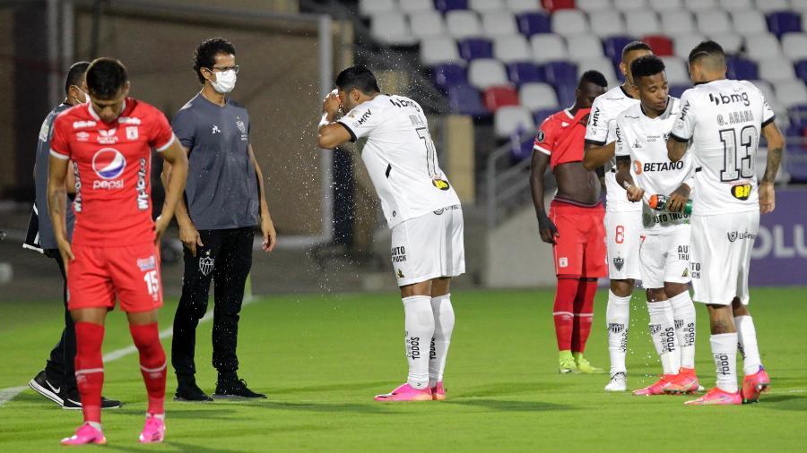 Jogadores de Atlético e America de Cali sofrem com efeitos de gás lacrimogêneo  em jogo da Libertadores - Ricardo Maldonado-Pool/Getty Images