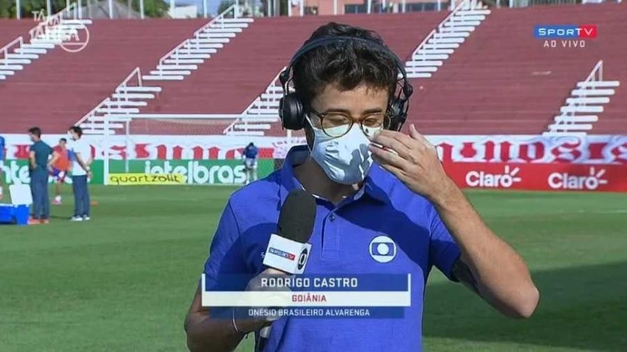 """Inseto pousa em óculos de repórter e diverte bancada do """"Tá na Área"""" - Reprodução/SporTV"""