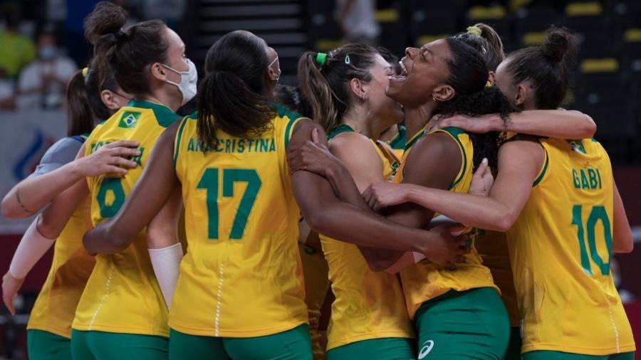 Jogadoras do Brasil comemoram a vitória sobre o Comitê Olímpico Russo no vôlei feminino - Julio César Guimarães/COB