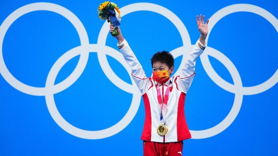 Quan Hongchan no topo do pódio após se sagrar campeã olímpica da plataforma de 10m dos saltos ornamentais - Xinhua/Xu Chang