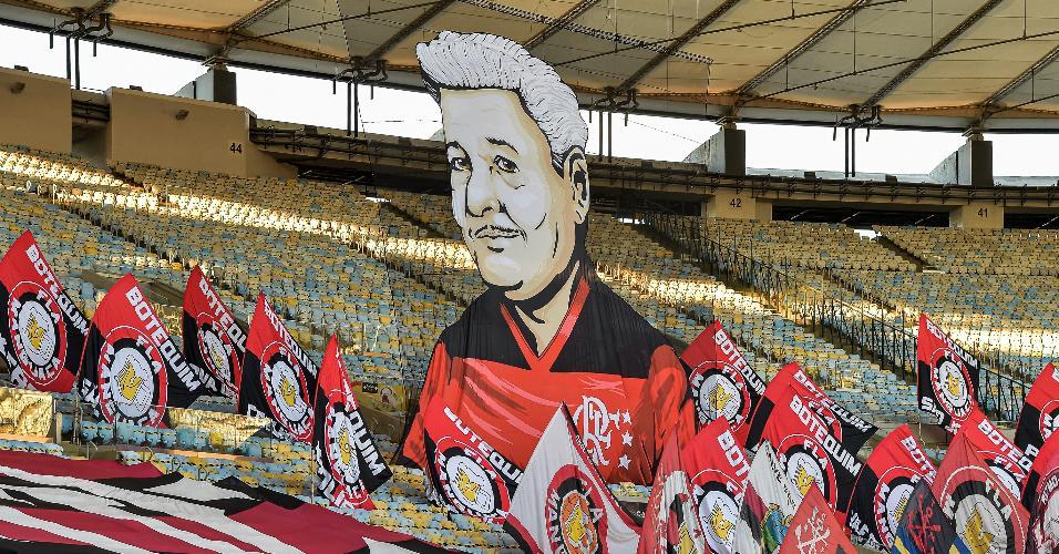Torcida do Flamengo homenageia o pai do Zico (José Antunes Coimbra), durante partida contra Internacional, no Maracanã.