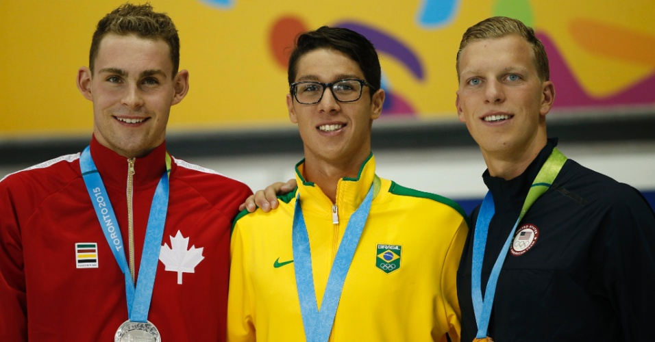 Brandonn Almeida recebe a medalha de ouro um dia depois da prova dos 400m medley. Por causa da desclassificação do brasileiro Thiago Pererira, Brandonn herdou a primeira posição