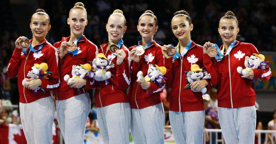 Sexteto do Canadá exibe a medalha de bronze conquistada na final com arcos e maças da ginástica rítmica