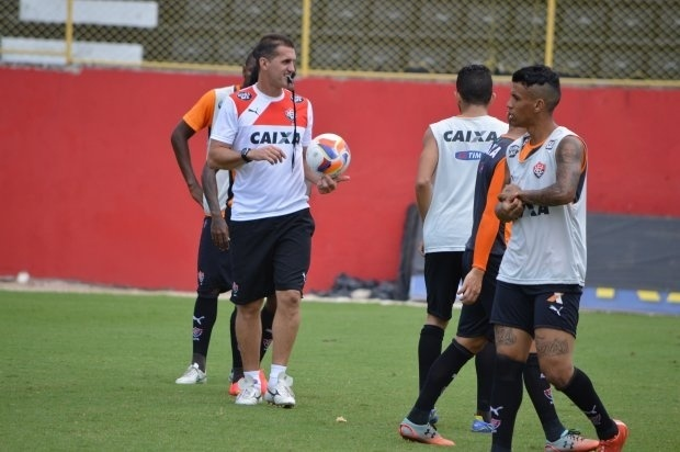 Técnico Vágner Mancini comanda treinamento do Vitória
