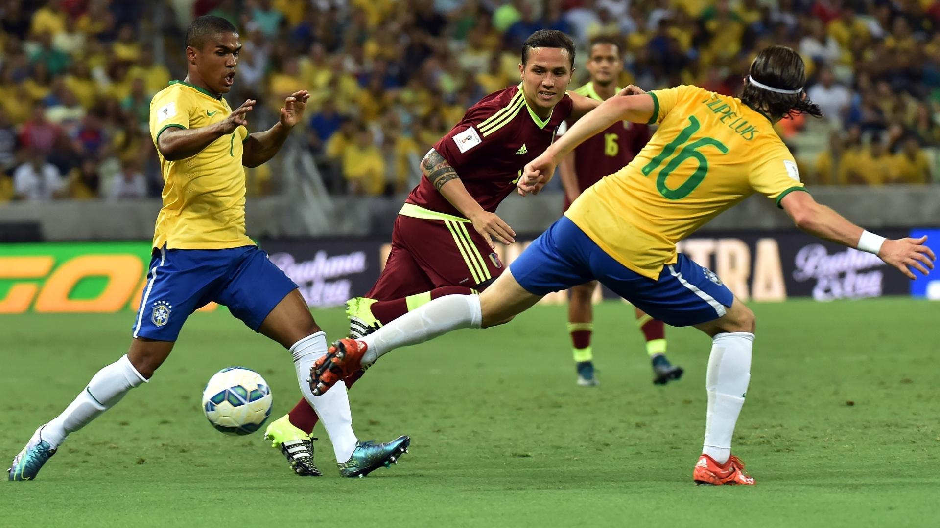 Douglas Costa e Filipe Luis tentam fazer a jogada para o Brasil contra a Venezuela pelas Eliminatórias