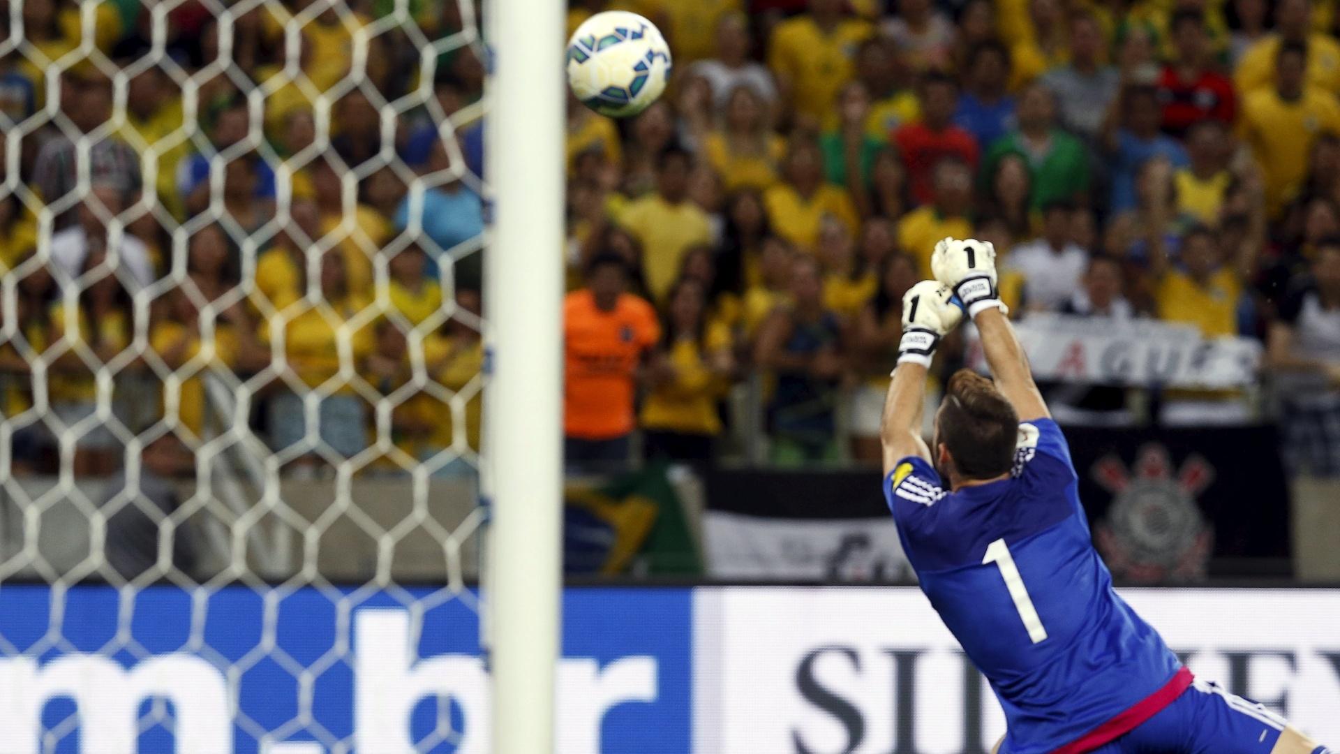 Goleiro da Venezuela Baroja não consegue fazer a defesa e Willian abre o placar aos 36 segundos de jogo, no Castelão