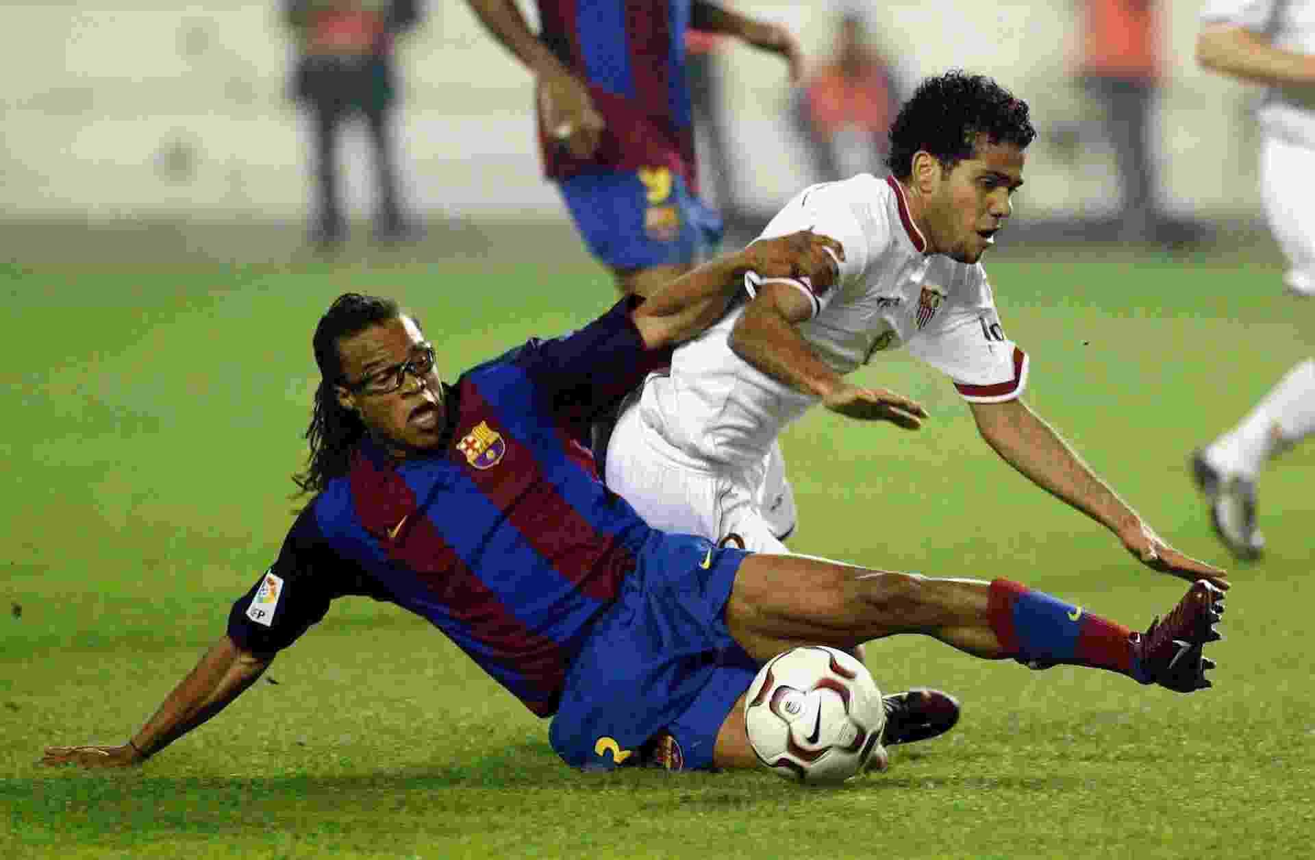 Daniel Alves em ação pelo Sevilla, em janeiro de 2004, em partida contra o Barcelona de Davids - FiroFoto/Getty Images