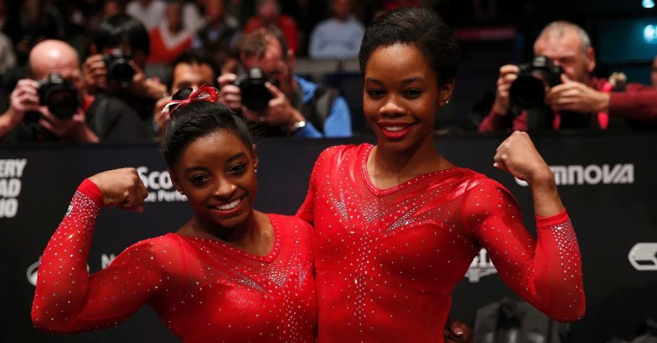Simone Biles posa para foto com Gaby Douglas. As americanas foram campeã e vice do Mundial de ginástica, respectivamente