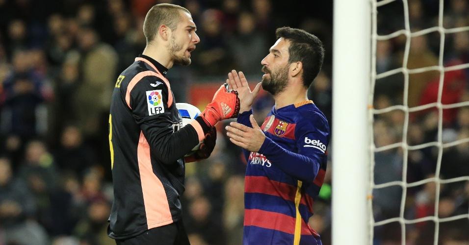 Arda Turan discute com o goleiro Pau Lopez em sua primeira partida oficial com a camisa do Barcelona