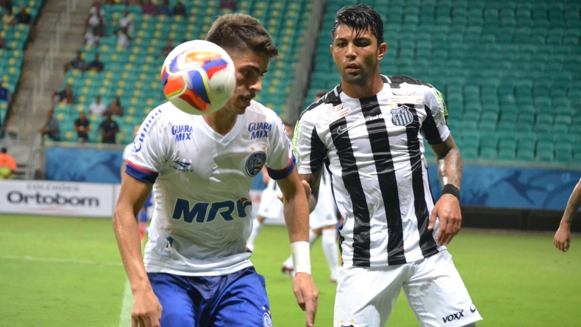 Gabigol, do Santos, tenta tirar a bola do jogador do Bahia durante amistoso