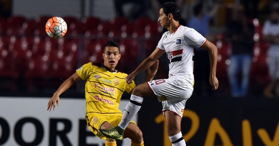 Paulo Henrique Ganso tenta jogada contra o Trujillanos pela Libertadores