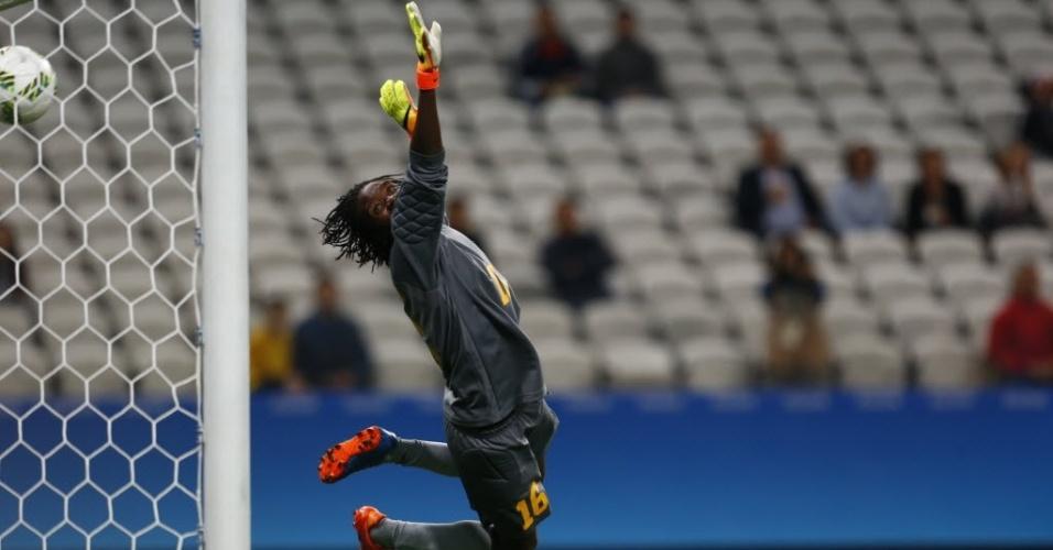 A goleira Magwede não consegue evitar o terceiro gol da Alemanha, em cobrança de falta de Behringer