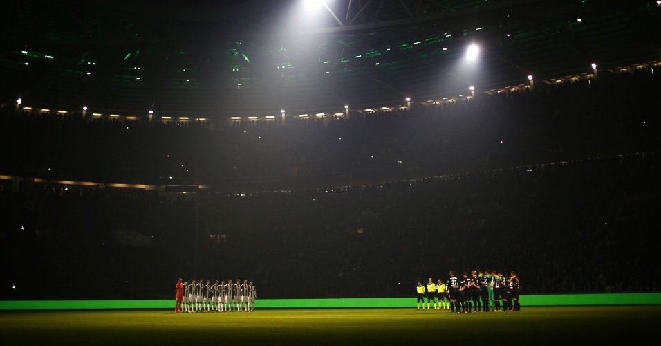 Estádio da Juventus apaga suas luzes para um momento de silêncio em homenagem às 71 vítimas da tragédia envolvendo a Chapecoense