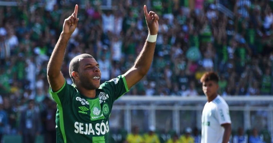 Amaral celebra seu gol, que deu vantagem para a Chapecoense no amistoso contra o Palmeiras