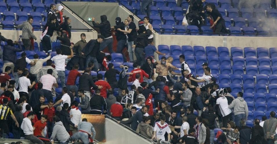 Foram registradas brigas nas arquibancadas e o começo da partida válida pela Liga Europa atrasou