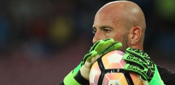 Pepe Reina, goleiro do Nápoli, em ação durante partida contra a Fiorentina
