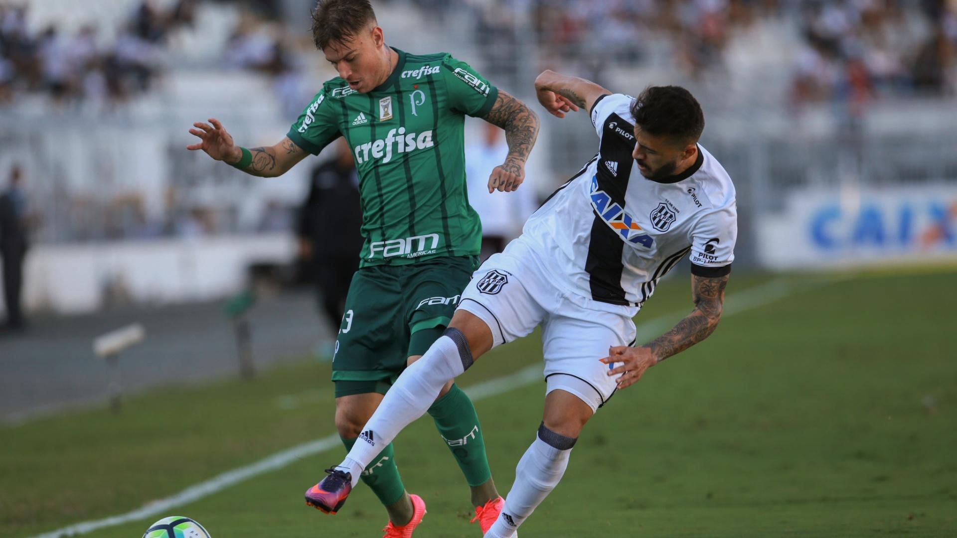 Róger Guedes, do Palmeiras, disputa lance contra rival da Ponte Preta, em Campinas