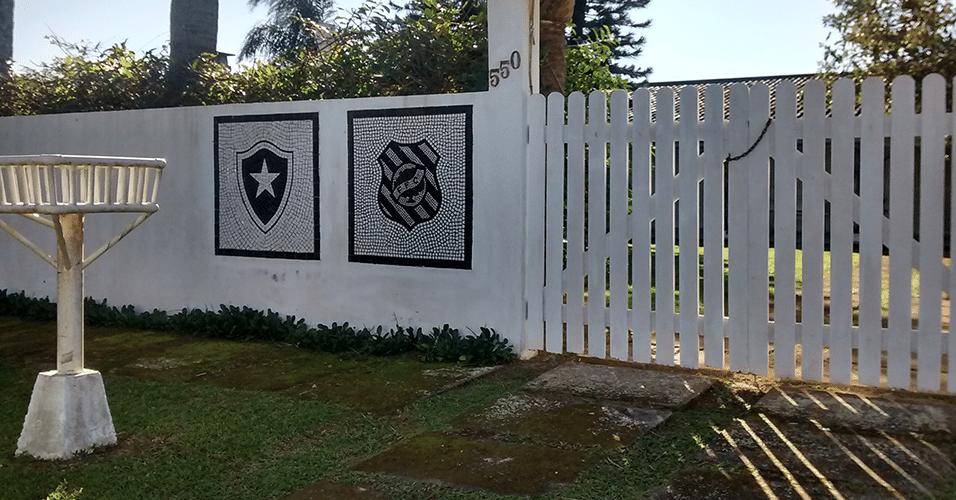 O dono desta casa em Florianópolis fez questão de homenagear os seus dois times do coração: Botafogo e Figueirense