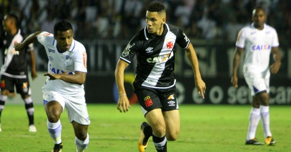 Paulinho e Élber disputam bola em Vasco x Cruzeiro pelo Campeonato Brasileiro