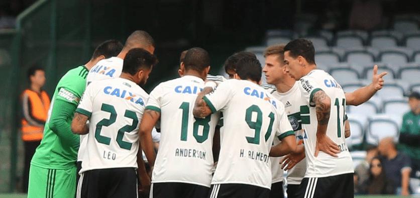 Jogadores do Coritiba em reunião durante jogo contra o Botafogo