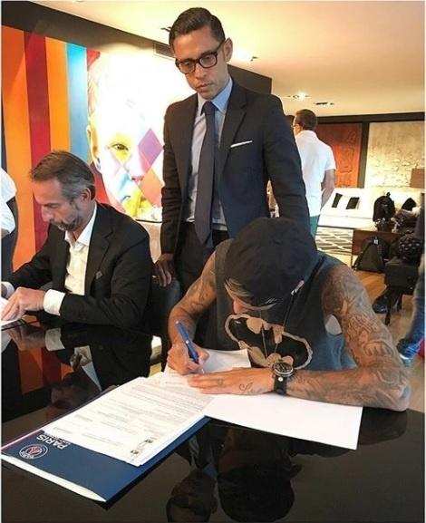 Neymar assina o contrato com o PSG que faz dele o jogador mais caro da história