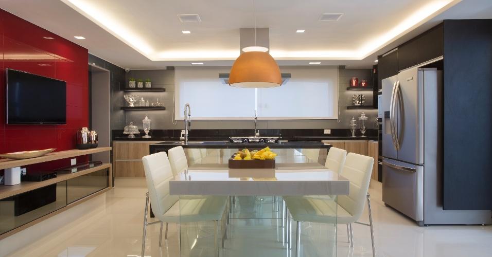 A cozinha espaçosa da casa de Alex Teixeira em um condomínio no Rio de Janeiro