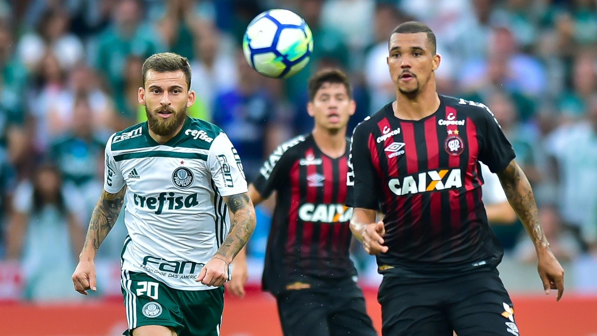 Lucas Lima e Zé Ivaldo disputam a bola durante a partida entre Palmeiras e Atlético-PR