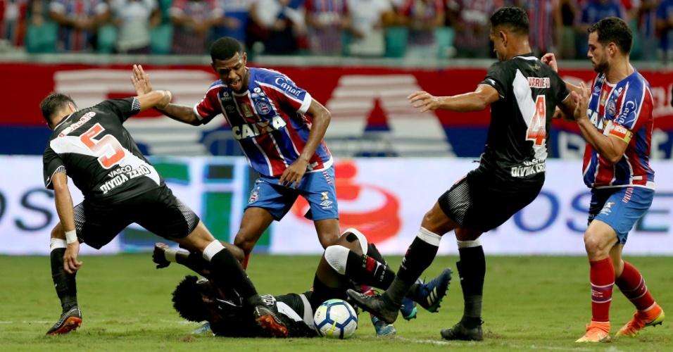 Jogadores de Bahia e Vasco disputam bola durante duelo pela Copa do Brasil