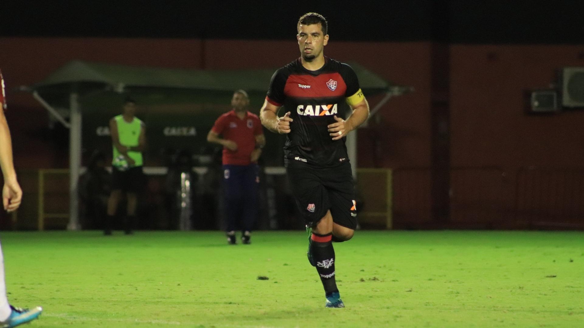 André Lima em ação durante Vitória x Paraná pelo Campeonato Brasileiro