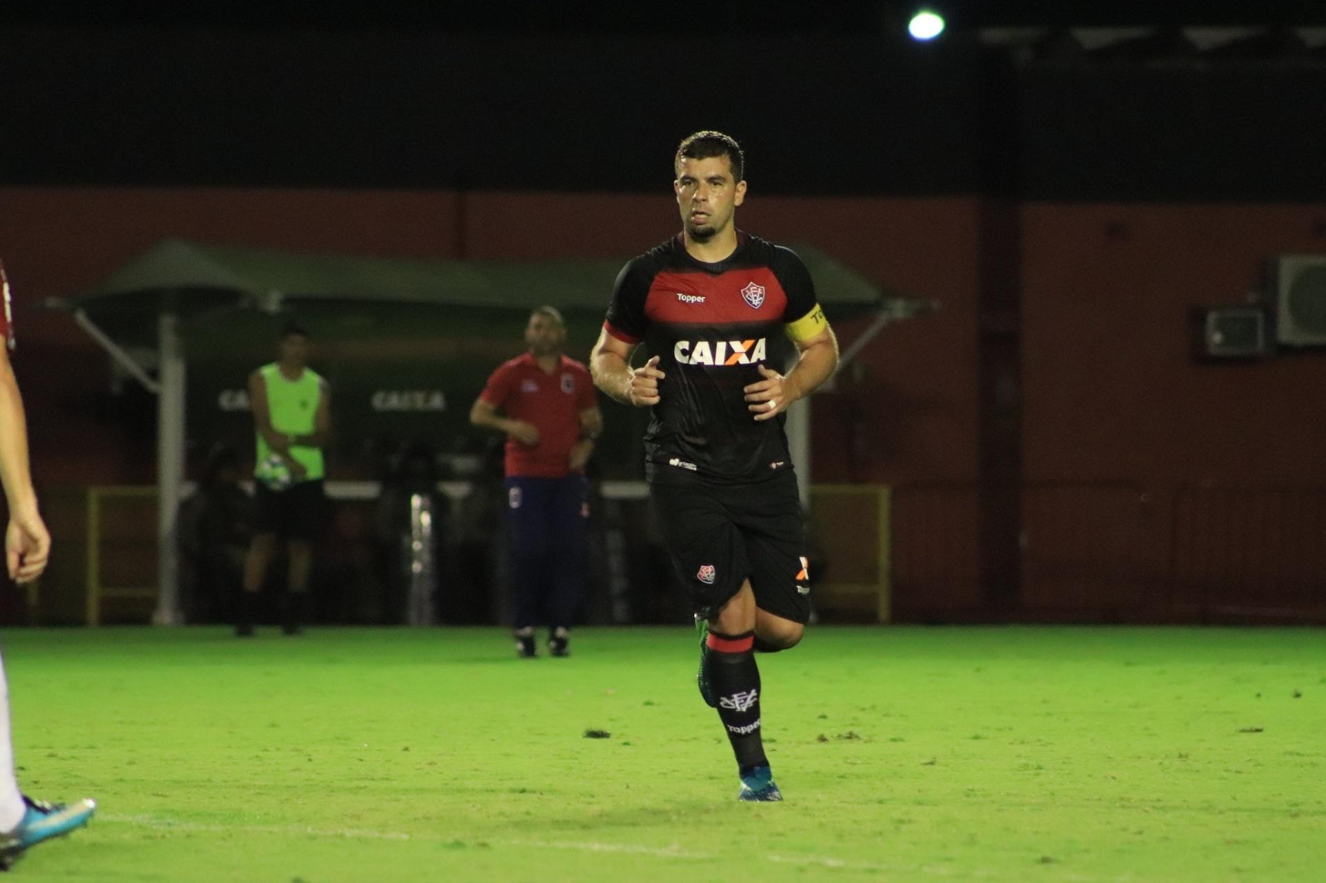 Vitória vence com gol de André Lima e mantém Paraná na zona de rebaixamento  - 18 07 2018 - UOL Esporte 003be35cd915a