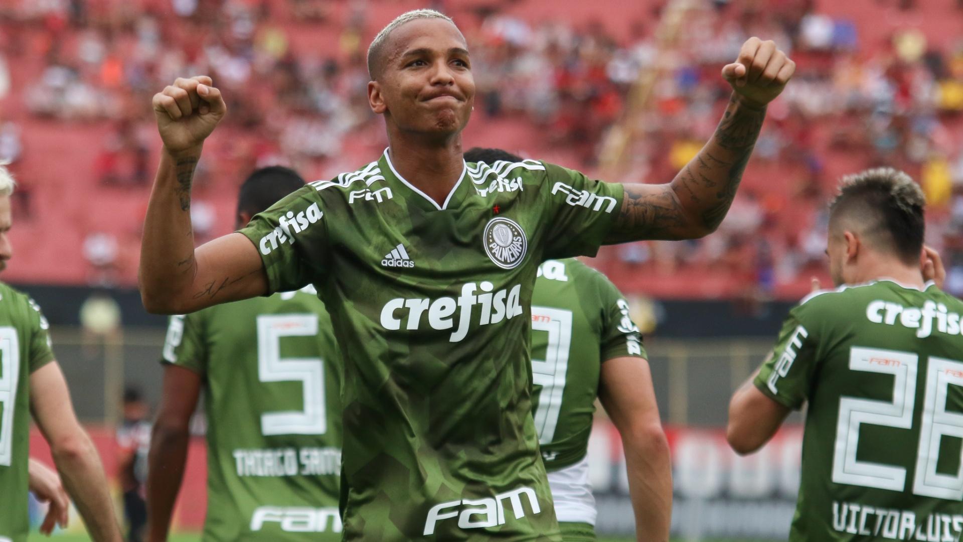 Deyverson comemora gol do Palmeiras diante do Vitória, pelo Brasileirão