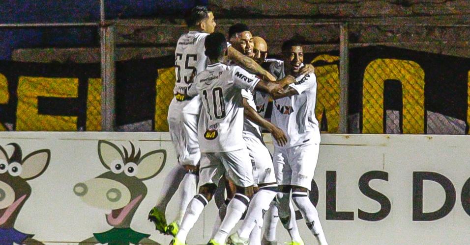 a5e5c789d9 Jogadores do Atlético-MG comemoram gol de Fábio Santos contra o Paraná