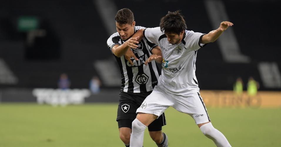 Jogadores disputam bola durante Botafogo x Resende