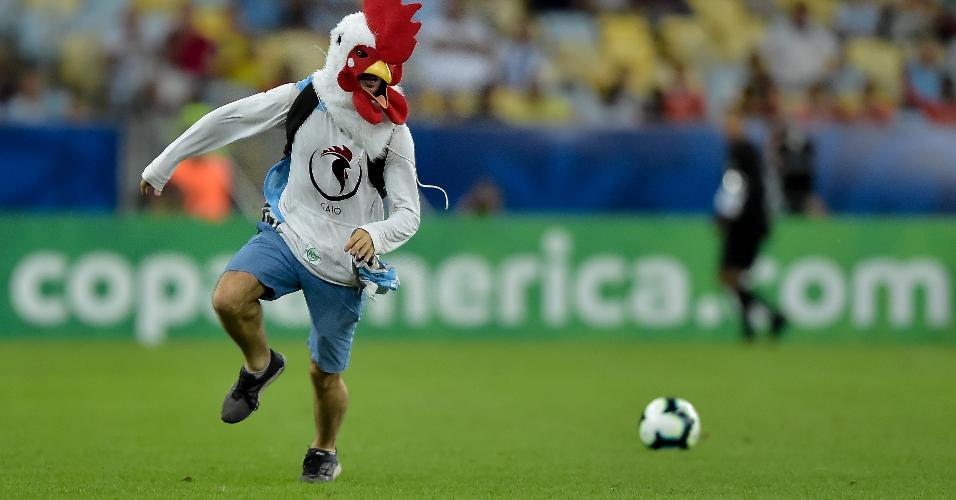 Torcedor invade campo durante partida entre Chile e Uruguai