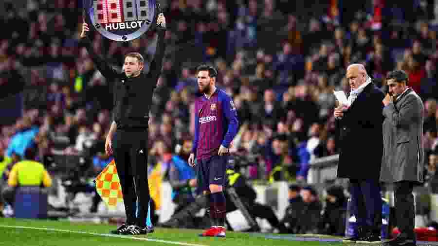 Lionel Messi entra em campo pelo Barcelona - Chris Brunskill/Fantasista/Getty Images