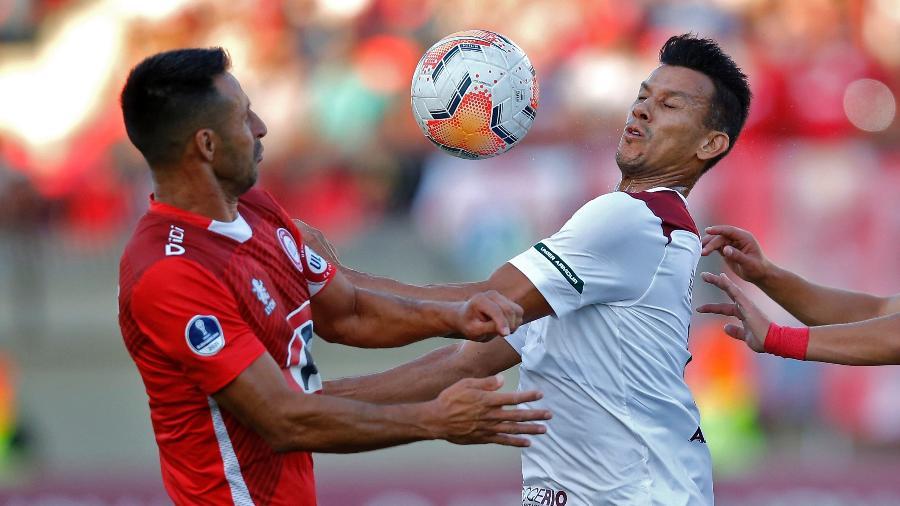 Jogadores de Fluminense e Unión La Calera (CHI) disputam bola durante jogo da Sul-Americana - Divulgação/Conmebol