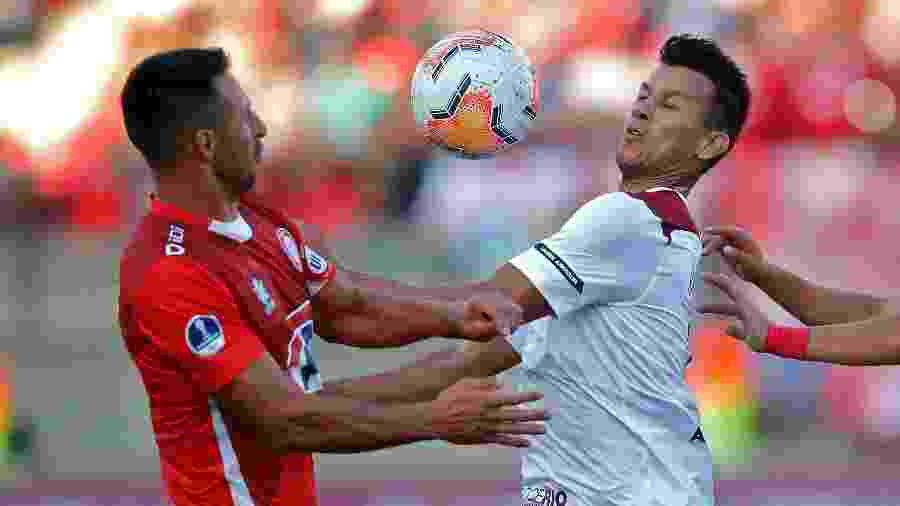 Henrique, do Fluminense, disputa bola com jogador do Unión La Calera (CHI) durante jogo da Sul-Americana - Divulgação/Conmebol