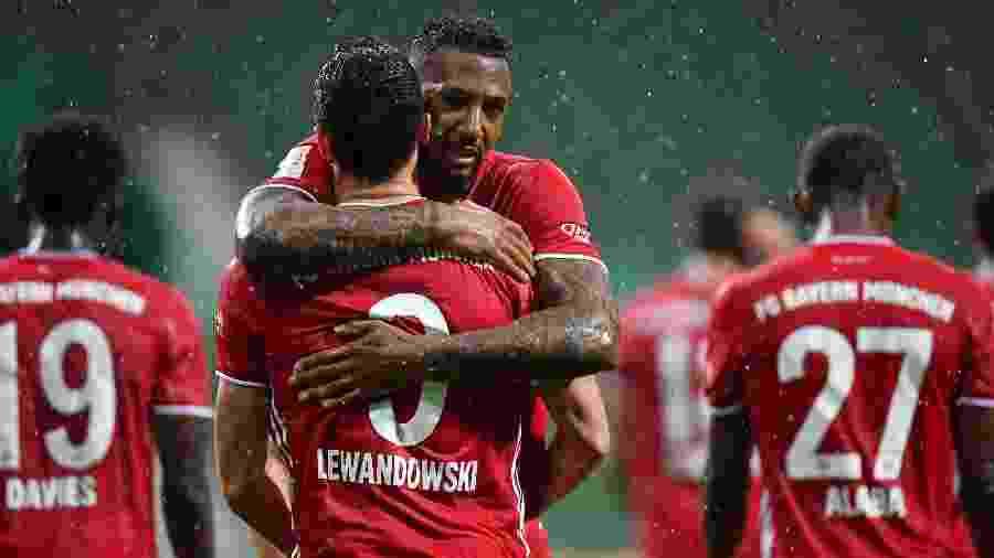 Boateng abraça Lewandowski durante a partida entre Bayern de Munique e Werder Bremen - Stuart Franklin/Getty Images
