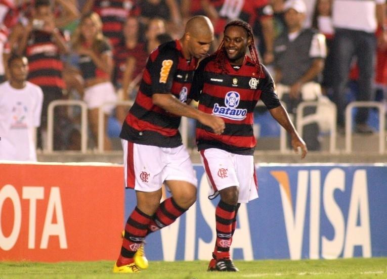 Adriano e Vagner Love comemoram gol marcado pelo Flamengo