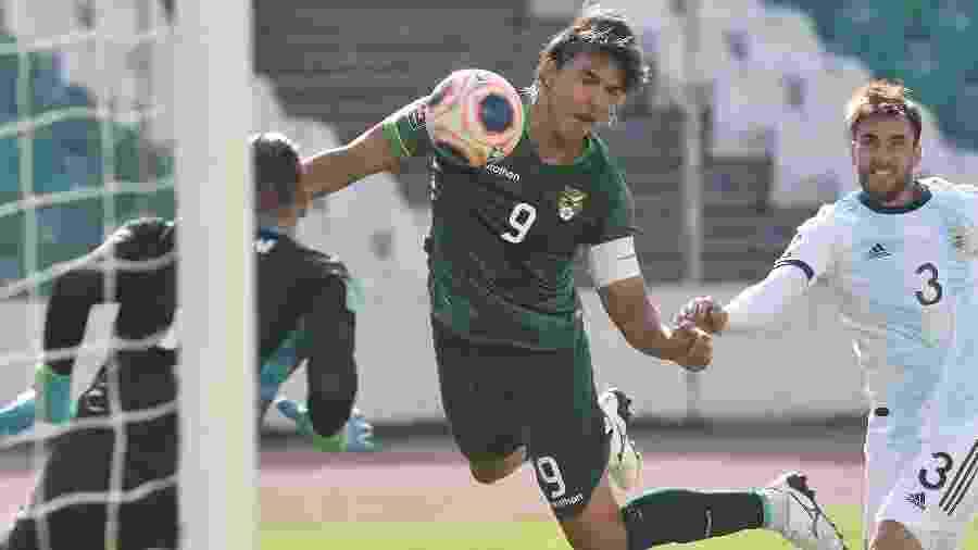 Marcelo Moreno tenta a finalização na partida entre Bolívia e Argentina nas eliminatórias - Javier Mamani/Getty Images