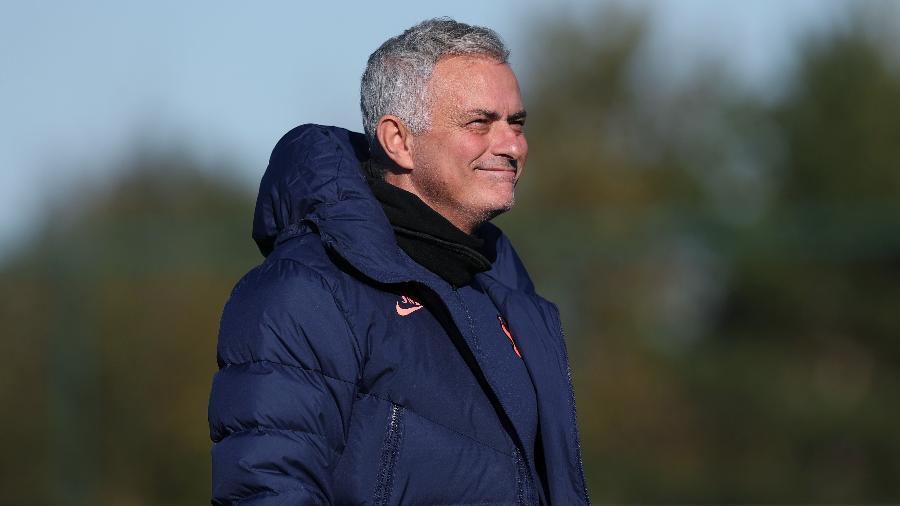 José Mourinho sorri durante treinamento do Tottenham - Tottenham Hotspur FC/Tottenham Hotspur FC via Getty Images