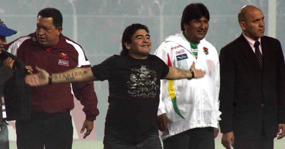 Diego Armando Maradona, com os presidentes da Venezuela, Hugo Chavez, e da Bolívia, Evo Morales, em 26 de junho de 2007