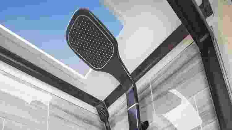 Chuveiro de Valteri Bottas com teto de vidro - Reprodução/Facebook/JF American Motorhome - Reprodução/Facebook/JF American Motorhome